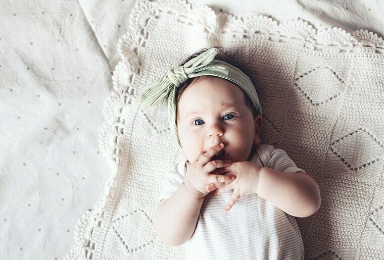 Babyfotos Baby Portrait mit Haarband