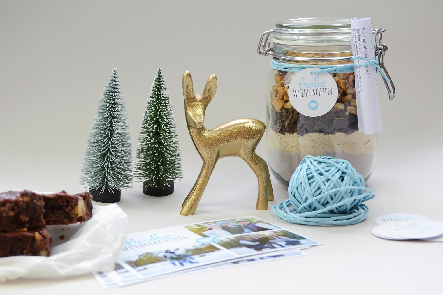 Brownie-Backmischung mit Karten, Weihnachts-Deko und Brownies