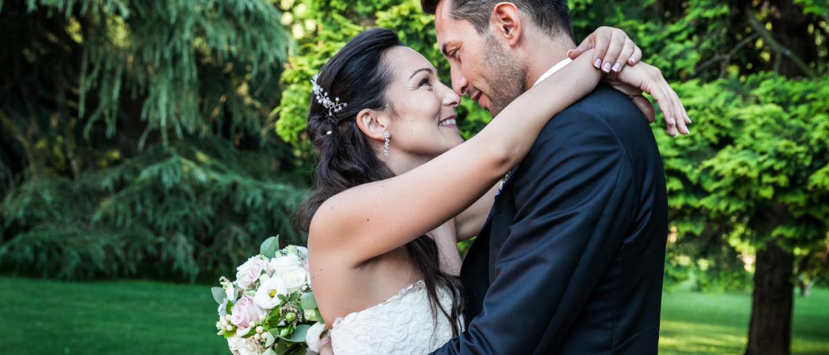 Hochzeitspaar in den Armen