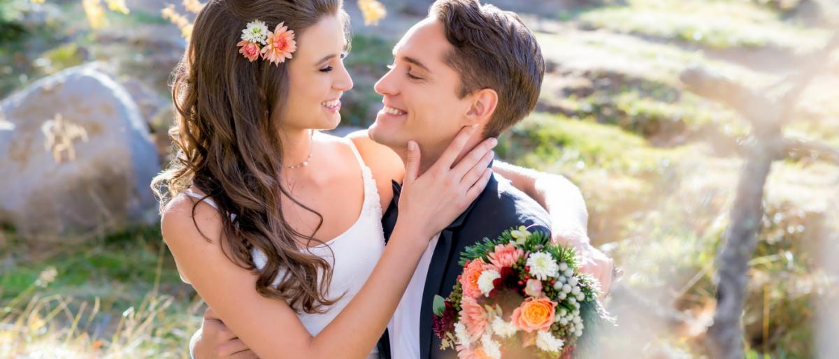 Brautpaar mit Strauss und Blumengesteck