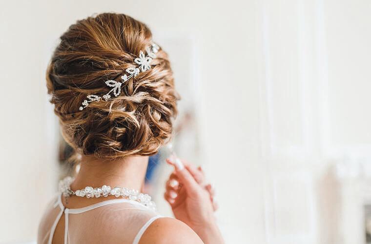 Braut mit Hochsteckfrisur und floralen glitzer Haarelementen