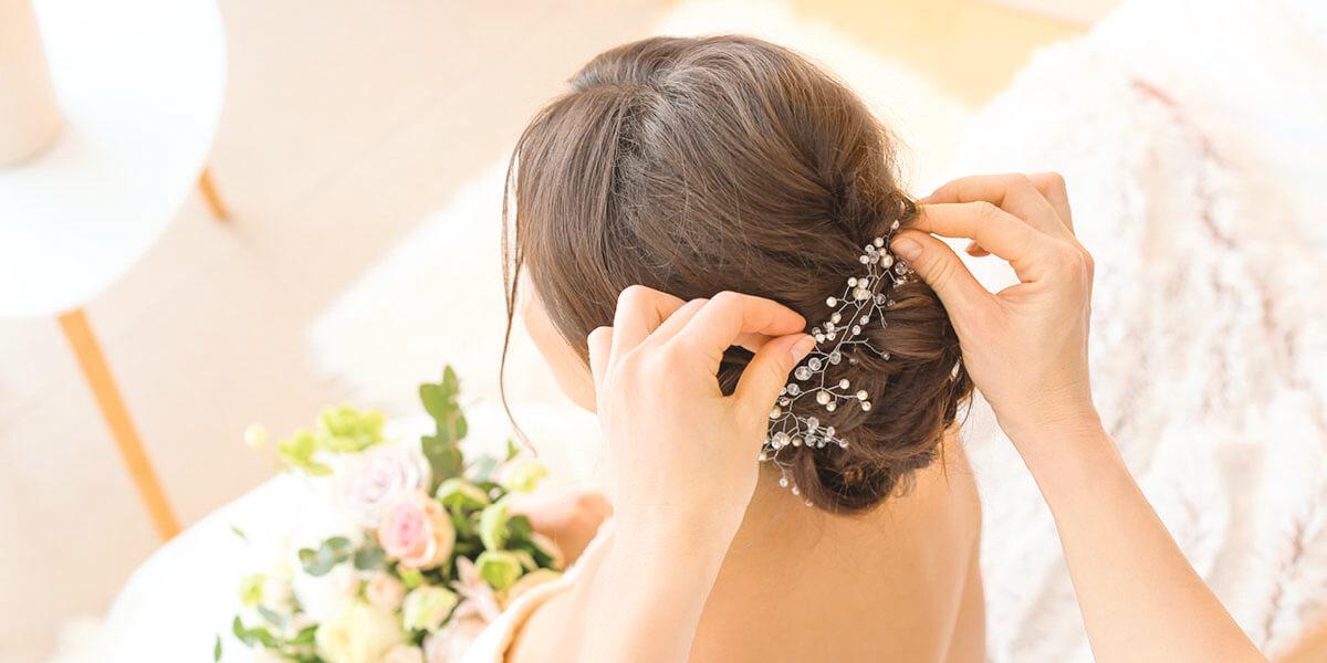 Haarstyling einer jungen Braut am Tag der Hochzeit
