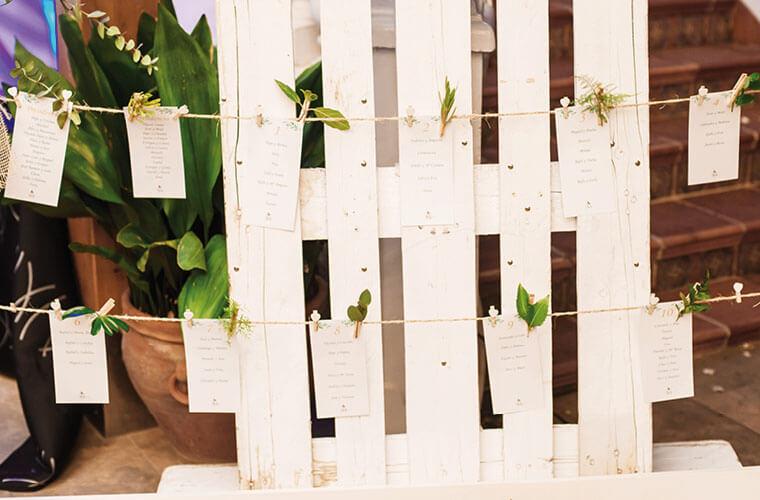 Holzpalett mit Schnur an der Karte für die Sitzaufteilung für die Hochzeit befestigt sind
