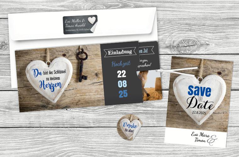 Schöne Hochzeitskarte mit Holzoptik und Schieferherz verziert mit blauer Schrift und eleganten Bildern.