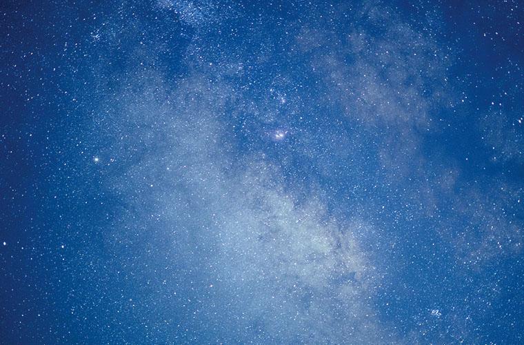 Grenzenloser Sternenhimmel im schönen Classic Blue Blau und glitzernden Sternen