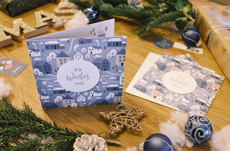 Geschenke auf Tisch mit winterlichen Geschenkanhänger zum Ausdrucken. Kartenmacher Adventstipp.