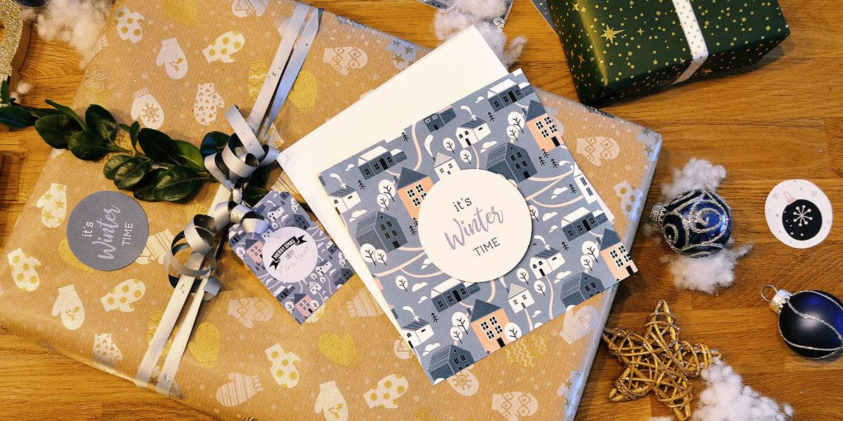 Geschenke mit Geschenkanhänger von kartenmacher, mit Weihnachtskugeln und Kunstschnee