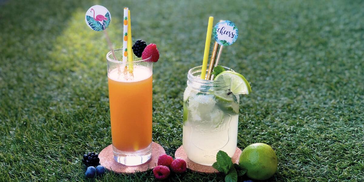 Farbige Cocktails mit Strohhalm und Beere